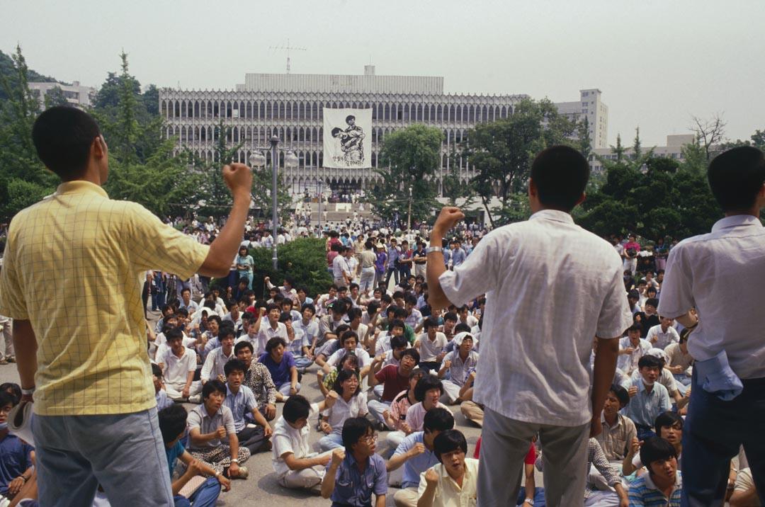 1987年6月,學生在首爾示威期間大聲喊叫。