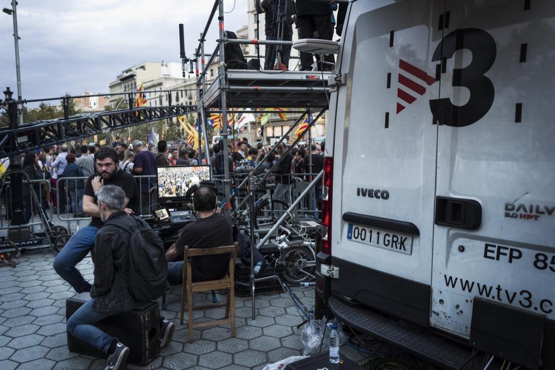 加泰隆尼亞電視台 TV3 正在直播支持加泰隆尼亞獨立集會的現場情況。