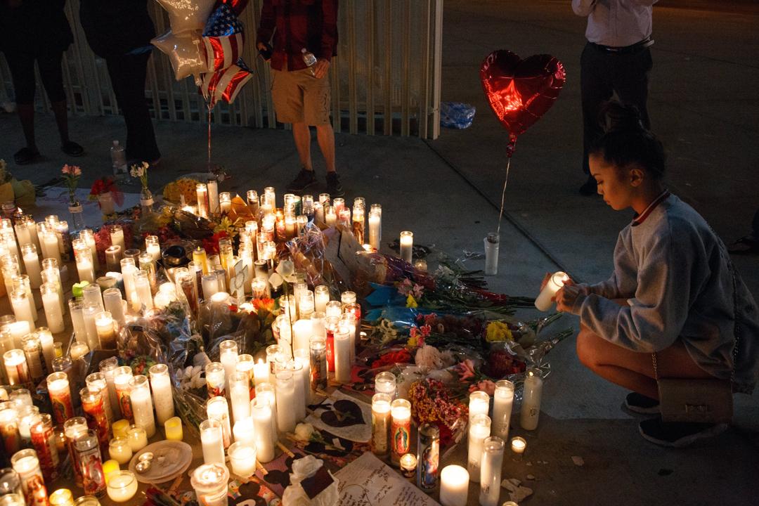 10月2日在美國拉斯維加斯大道,有民眾點燃燭光,以悼念槍擊案中的遇難者。 攝:Eugene Garcia/Imagine China