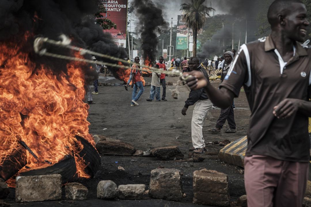 2017年10月11日,肯尼亞城市基蘇木,反對派領袖兼總統選舉候選人奧廷加 (Raila Odinga) 籲支持者到街頭示威,抗議肯尼亞政府以反對派舉行的選舉造勢大會違法亂紀為理由而頒布的示威禁令。早前奧廷加亦就此推出選舉,以示抗議。 攝:Yasuyoshi Chiba/AFP/Getty Images