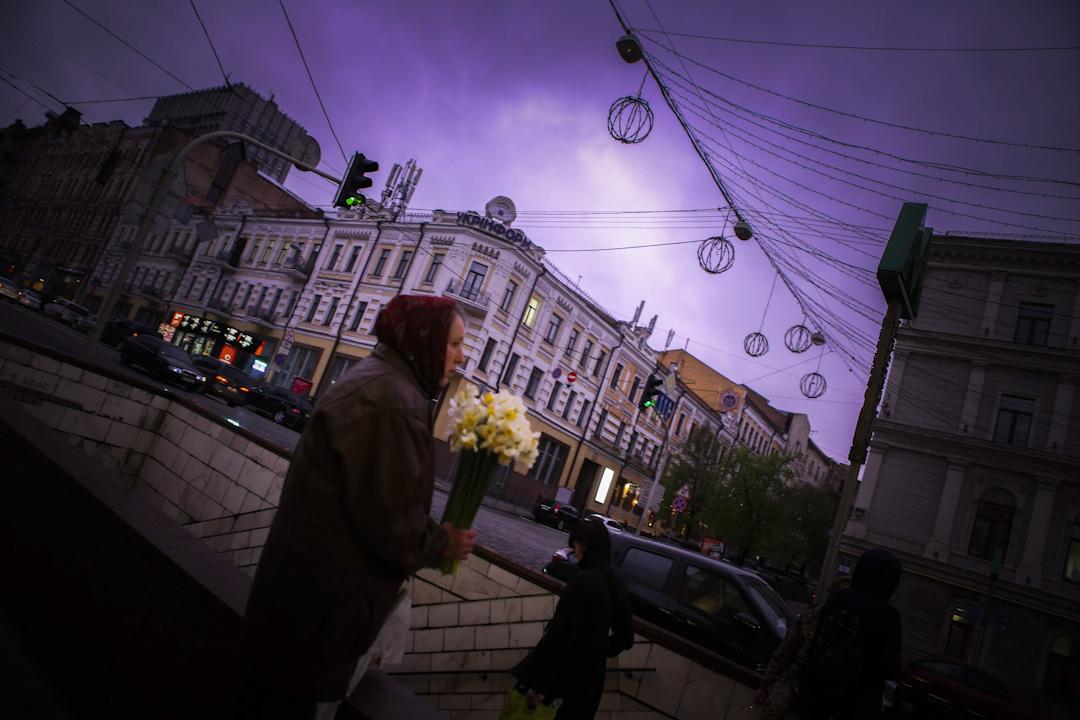 經過 2014 年 93 天的流血抗爭、總統出逃、俄羅斯入侵,夾在俄羅斯與歐盟之間的烏克蘭,面臨的不只是國際政治板塊的碰撞,內部也像火山一般,各方勢力不斷對抗。 攝:Tasos Markou/NurPhoto via Getty Images