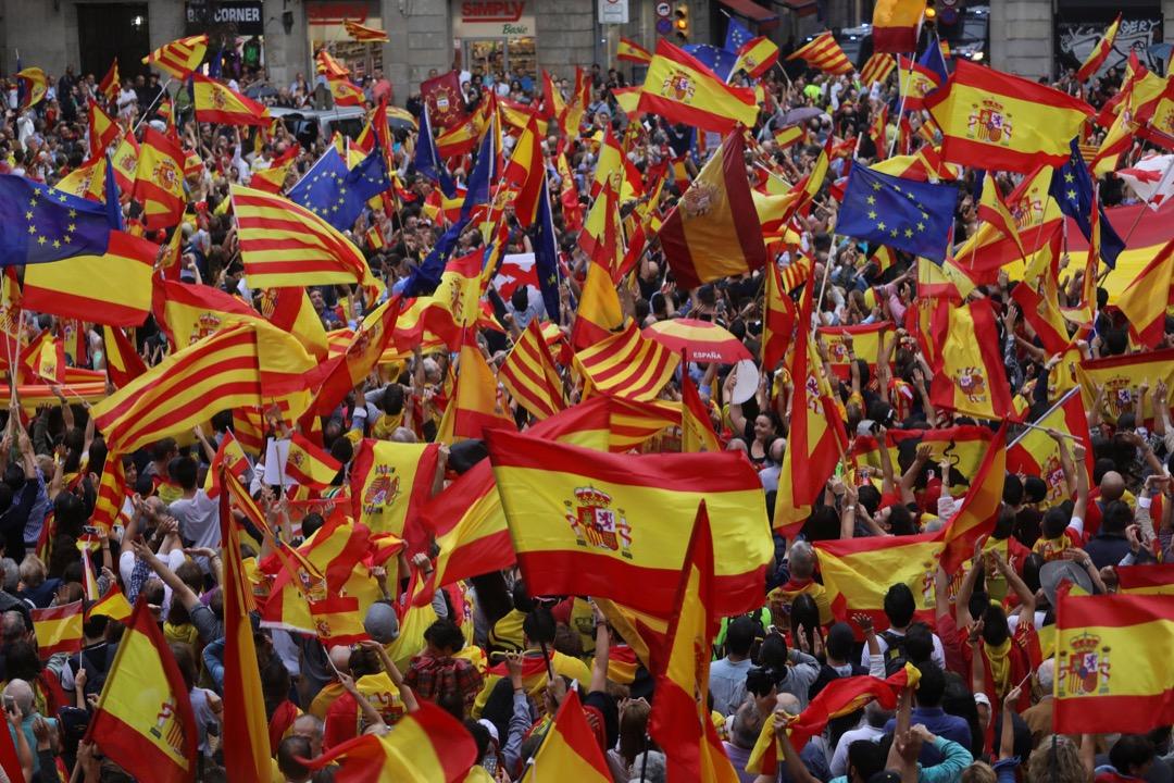 2017年9月30日,西班牙城市巴塞隆拿,加泰隆尼亞獨立支持者在獨立公投前夕到街上集會,揮動西班牙旗,加泰隆尼亞旗,及歐盟旗。 攝:Susana Vera/Reuters