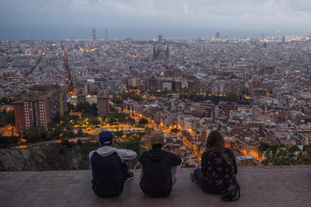 加泰「自古以來不是西班牙的一部份」,是「加獨派」經常強調的獨立理據之一,但「加獨」支持度自2009年後上升,箇中主因並不止於「自古以來」這類歷史因素,還有加泰與中央政府的關係變化、西班牙以至整個歐洲的政治經濟轉變等。圖為2015年的巴塞隆拿日落景色。 攝:David Ramos/Getty Images