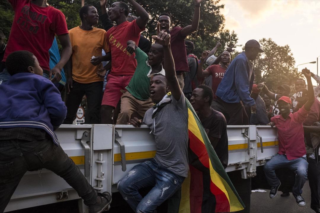 在津巴布韋總統穆加貝宣布下台後,首都哈拉雷有民眾到街頭揮舞國旗慶祝。 攝:Ihsaan Haffejee/Anadolu Agency/Getty Images