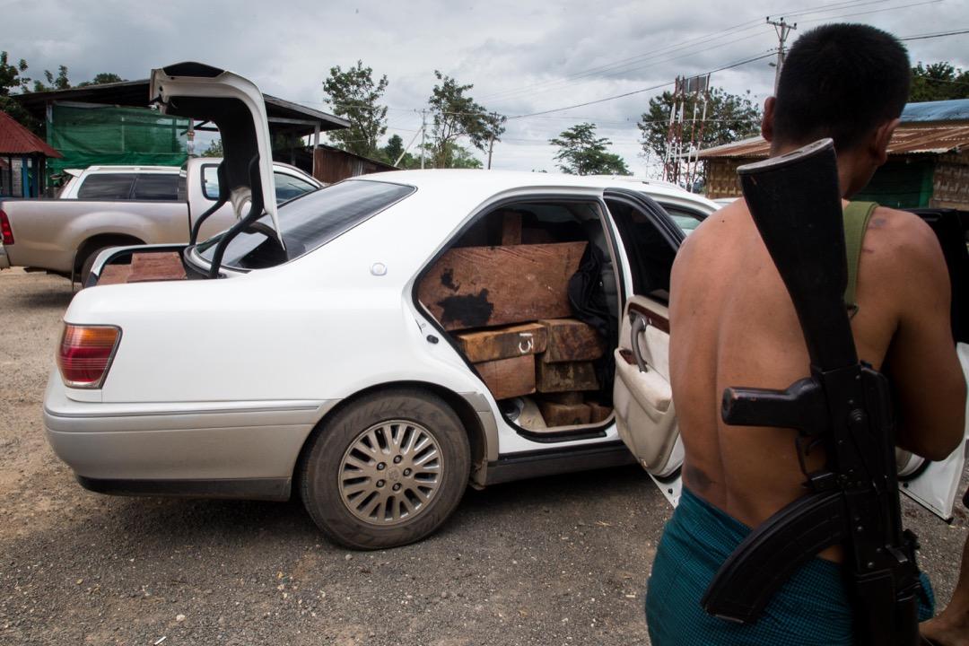 一輛裝滿紅木的汽車在義莆檢查站附近被扣查。司機聽說檢查站一帶會有突擊檢查,於是把車棄置在餐廳的停車場外逃去無蹤。