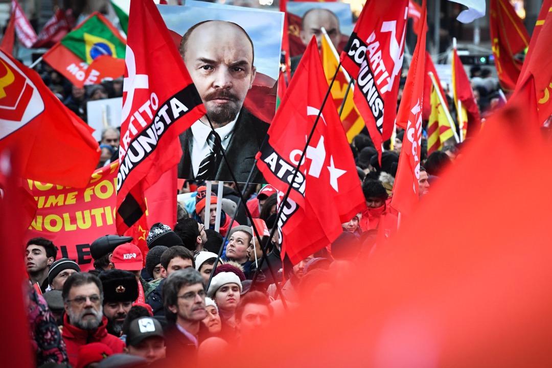2017年11月7日,十月革命100週年,俄羅斯首都莫斯科有大型遊行慶祝,有參加者手持十月革命領袖列寧的肖像,也有遊行人士揮動著紅色的旗幟。 攝:Yuri Kadobnov/AFP/Getty Images