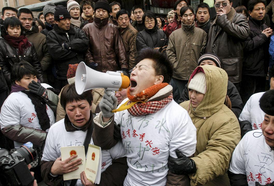 Lorentzen提出,對北京而言,最重要的資訊不是「哪裏有冤屈」,而是「各地不平之事的程度為何」。對北京而言,由於抗議眾多,不可能全部妥協或完全打壓。完全打壓的話,將令抗議者轉向地下,麻煩更大。圖為2005年1月5日,秀水市場的攤主北京抗議政府關閉市場。  攝:China Photos/Getty Images