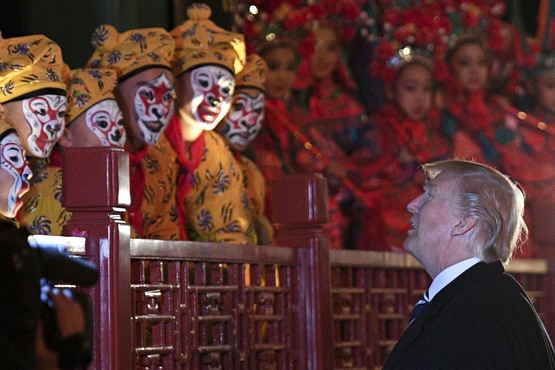 2017年11月8日,美國總統特朗普在北京故宮裡看京劇期間與演員見面。