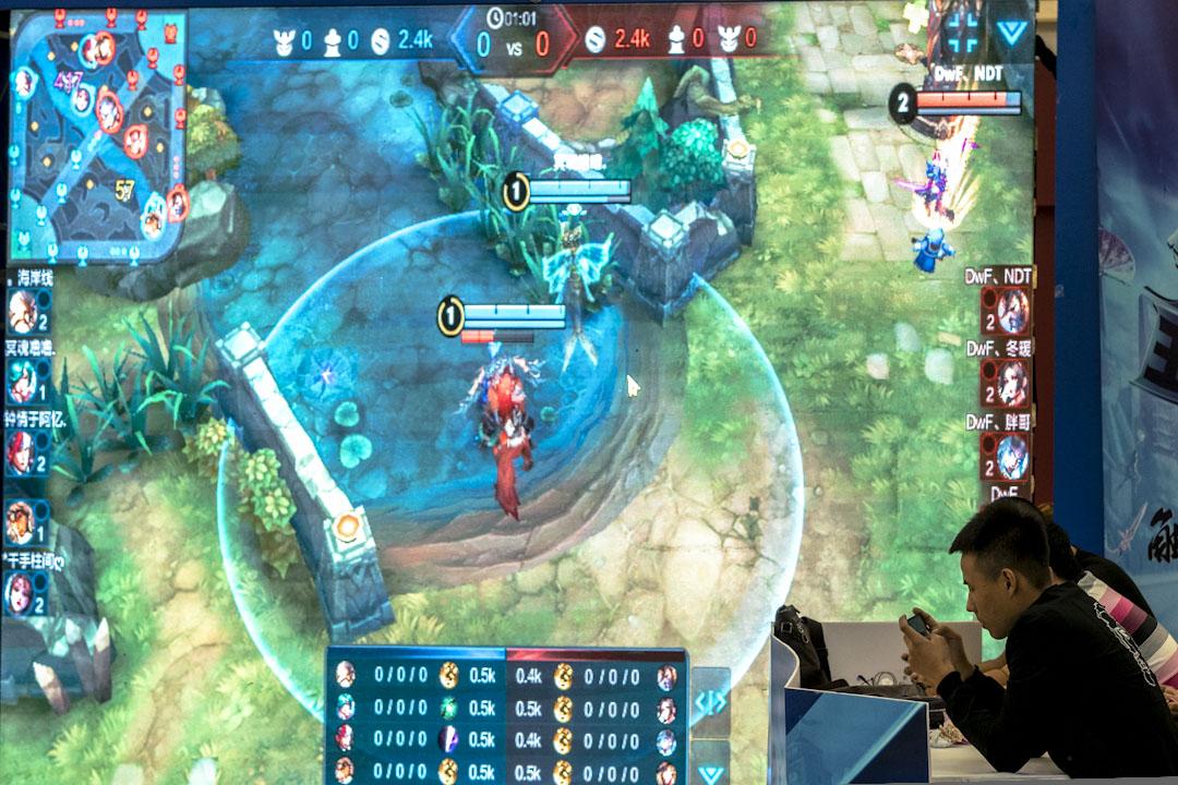 電競在中國依然通過視頻、直播、比賽、俱樂部等方式形成了獨特的產業鏈體系。圖為2017年10月1日,天津一個購物中心正舉行手機遊戲比賽。