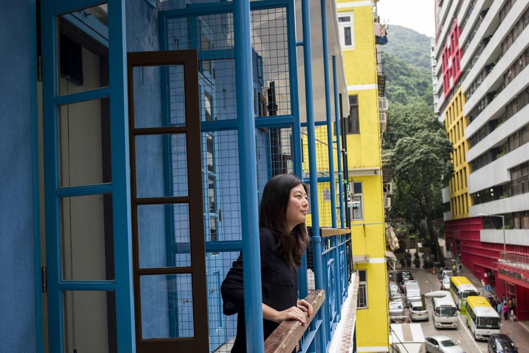 29歲的李蔚昕Vivian與男友搬來藍屋三個月,自始Vivian更着緊自己住的地方——除自己家門以內,單位外的走廊、升降機、天台、樓下草地,甚至街頭巷尾,其實也是居住環境之一。