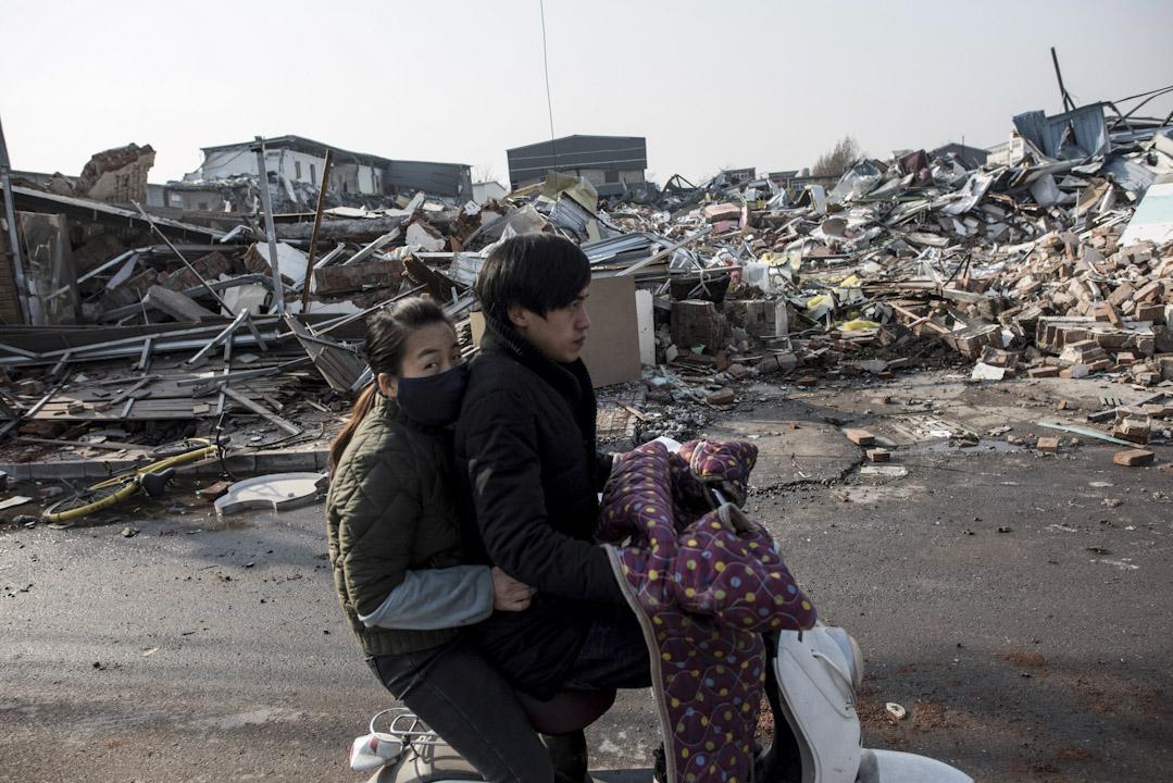 北京大興區公寓火災後,當局全面整治市面的違建問題,下令居住在違章建築內的人士,包括外地勞工及低收入基層民眾等短期內搬離。圖為2017年11月27日,北京的被逼遷者在路上。 攝:Fred Dufour /AFP/Getty Images