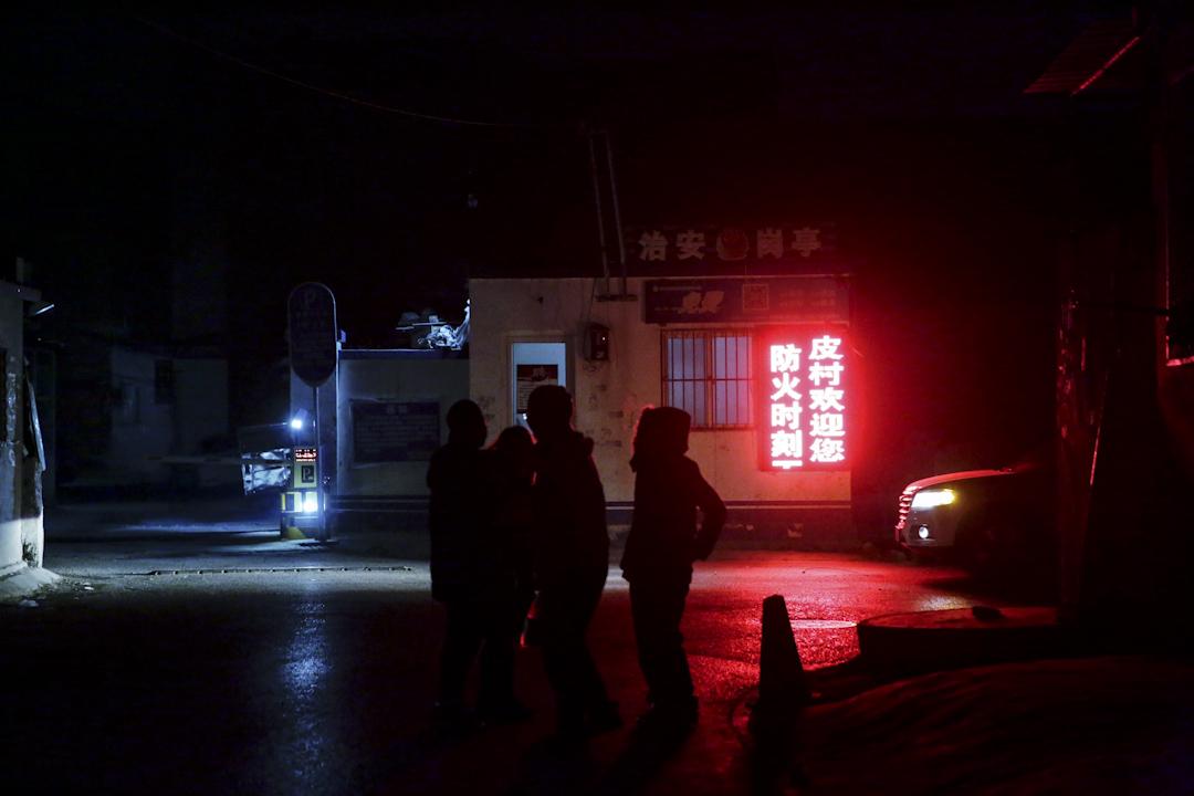 晚上8點,皮村打工文化藝術館外的治安崗亭下,紅色燈箱告示牌上滾動顯示著「皮村歡迎您,防火時刻不能忘」的字樣。