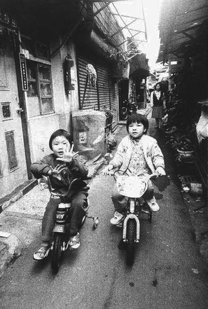 康樂里位於台北的城市中心,卻可說是城市裡最貧窮的社區。於1997年遭拆遷變成現在的十四、十五號公園。圖為當年康樂里的生活畫面。