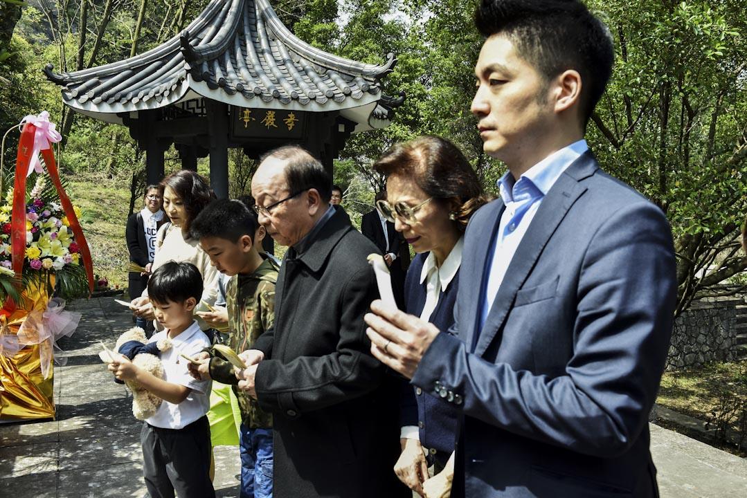 蔣萬安於2016年1月16日當選台灣立委員,是目前唯一從政的蔣家第四代。圖為國民黨立委蔣萬安跟父親蔣孝嚴及家人到中國廣西掃墓。 攝:Imagine China