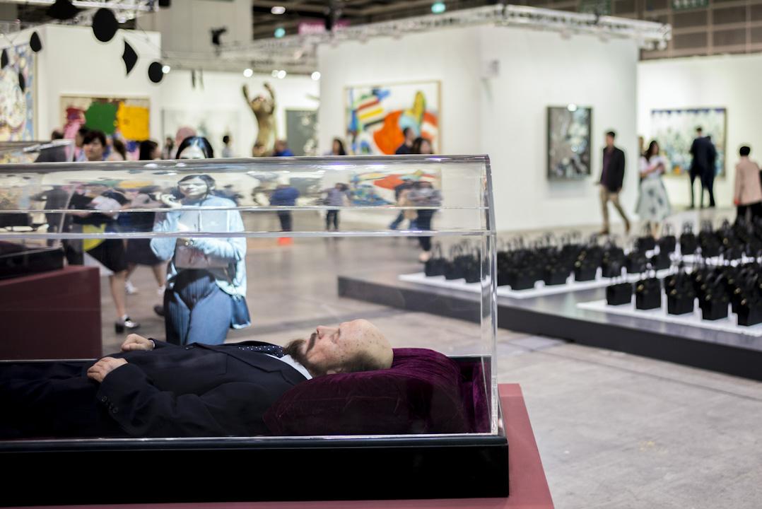 巴塞爾藝術展(Art Basel)及應運而生的香港藝術週,牽涉價值連城的天價藝術品,也帶動了數以百計的國際參展商及藝術界人士到訪香港。 攝:林振東/端傳媒
