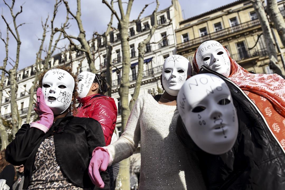 2016年11月25日,法國馬賽,當地民眾載上面具遊行紀念「國際消除對婦女暴力日」。