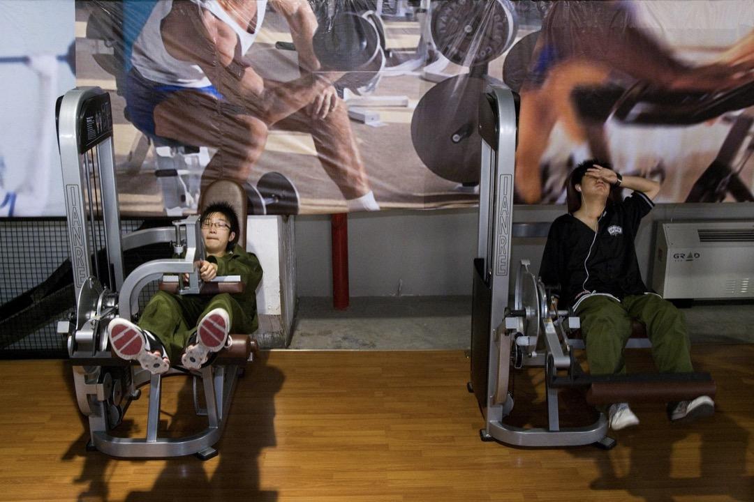 近日,江西南昌「戒網癮」學校豫章書院被指體罰、囚禁學生,相關細節曝光。圖為一網癮患者在診所接受訓練戒除網癮。