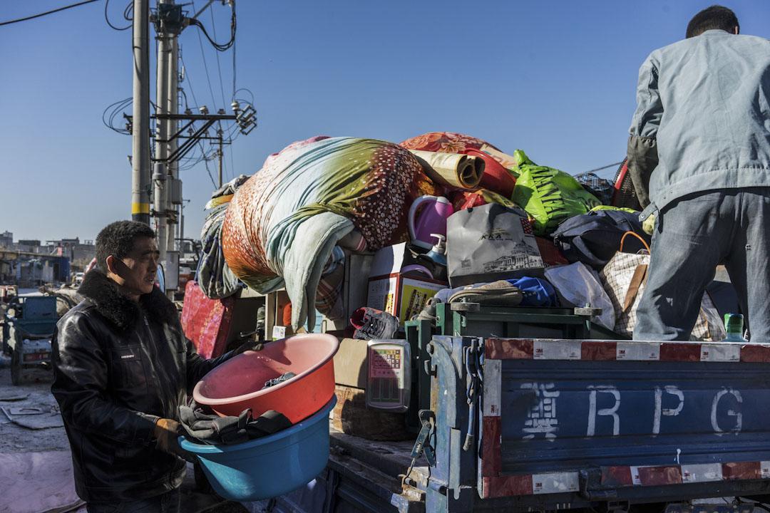 2017年11月26日中午,一戶河北的租戶從老家找了一輛車將他們在北京這幾年的家當全部搬回家,他們決定告別北京。