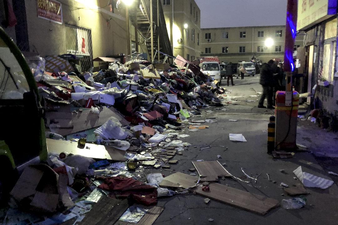 京林公寓外一片混亂,放滿被逼搬遷居民的遺棄物品。