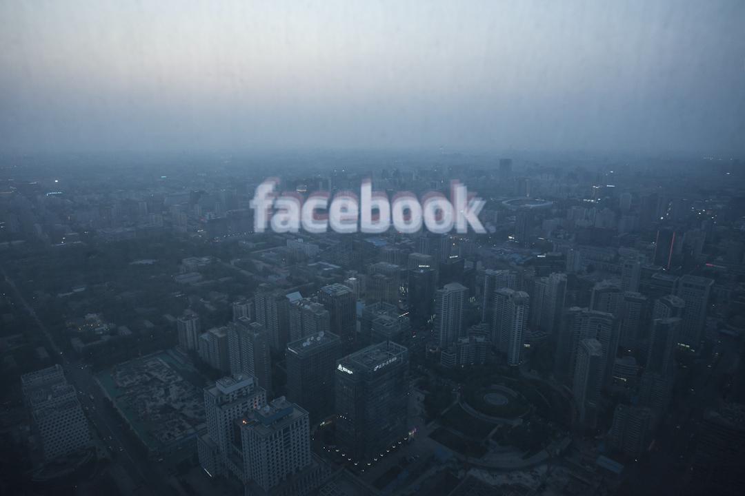在中國大陸,Facebook在技術上已被防火長城拒之門外,不過仍然有不少人偷偷地「翻牆」使用,為的是與自由世界接軌。 攝:Ed Jones/AFP/Getty Images