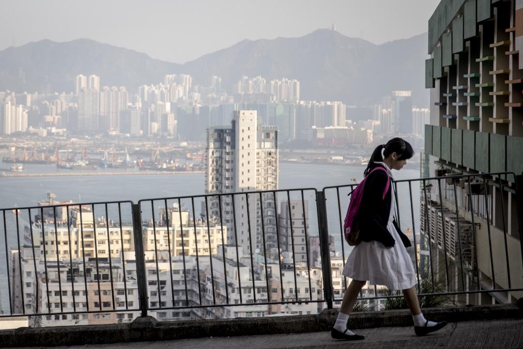 老師的工作除了在堂上講課,行政工作的比重亦與日俱增,嚴重佔據教師的日常教學時間,亦成為教師關注學生的障礙。 攝:Stanley Leung/端傳媒