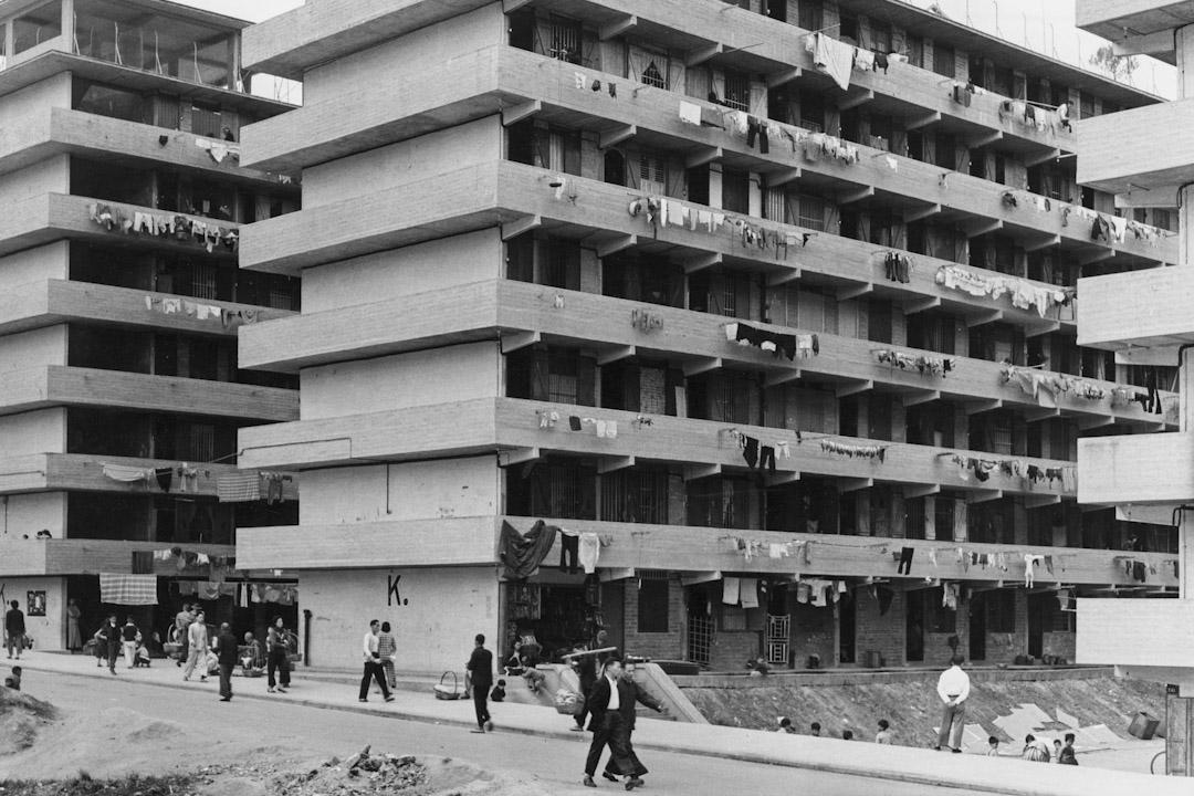 1950年代,石硤尾大火令數以萬計居民無家可歸。港英政府首先在附近興建兩層高的平房安置災民,然後再興建一系列29棟六至七層高的徙置大廈,成為了今天的石硤尾邨。圖為1965年香港公共屋邨面貌。 攝:Richard Harrington/Three Lions/Hulton Archive/Getty Images