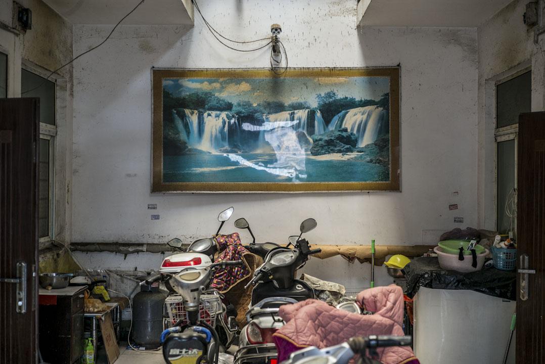 2017年11月26日下午,舊宮鎮南小街一家自建出租房的天井,房東為了管理在公共區域加裝了攝像頭。北京市政府在不同區域開展了出租屋的整治。