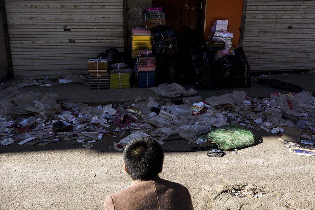 2017年11月26日下午,新建村一位來自河南的個體老闆在看着自己沒來得及銷售的貨物發愁,在被要求停業後,他仍有差不多五萬元的日用品存貨。他說政府為了驅趕他們,工作人員砸掉了整條街的電子廣告牌、門牌。