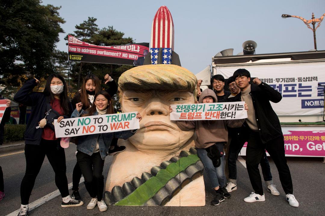 2017年11月8日,反特朗普示威者到南韓國會外示威,有示威者拿著標語跟一個特朗普肖像合照。