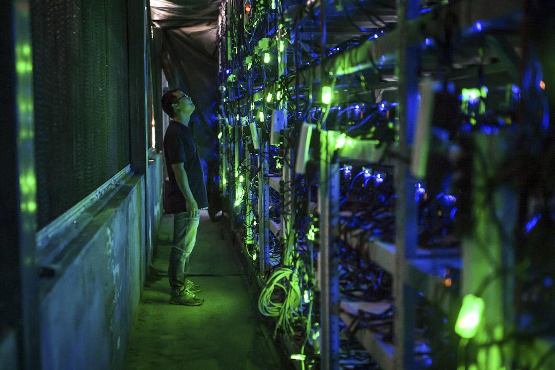中國四川,上萬台比特幣礦機「深藏」在山區裏的數家水電站中,晝夜不停地進行着「挖礦」計算。比特幣「採礦」是指利用「礦機」進行大量計算,最先得到計算結果,就能獲得比特幣全網交易的記賬權,同時獲得網絡分配的比特幣獎勵。全球近7成以上的比特幣計算集中在中國。