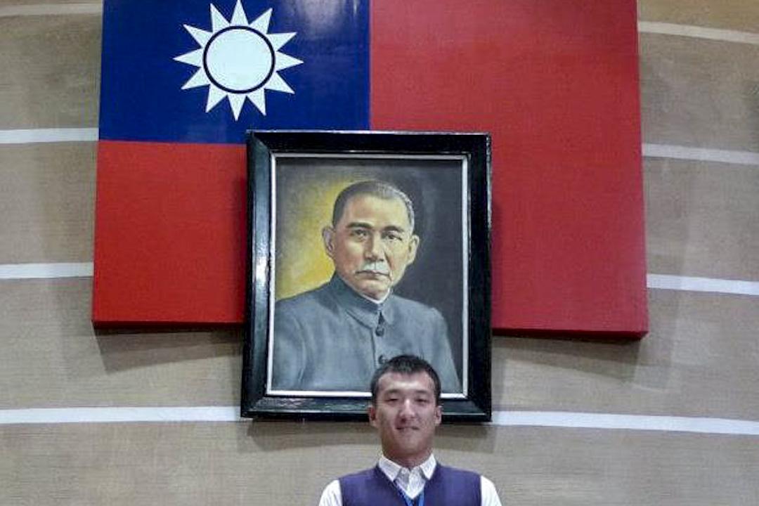 周泓旭曾與國父遺像合照。