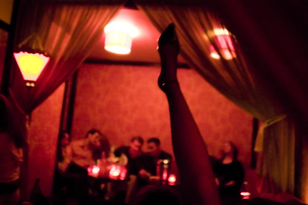 「色情」這個字眼在當下不同的社會環境中包含着各自的意涵,在有些國家它會是資本,在另一些地方卻可能招致禍患,當然在更多時候,它被當做社會污垢,被蔑視、不齒。 攝:Marvi Lacar/Getty Images
