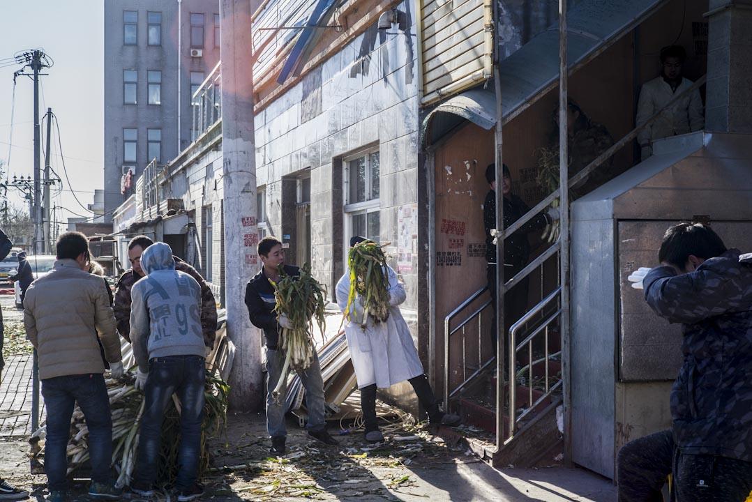 2017年11月26日上午,一家食品加工廠的工人正在搬運沒有使用的葱花。