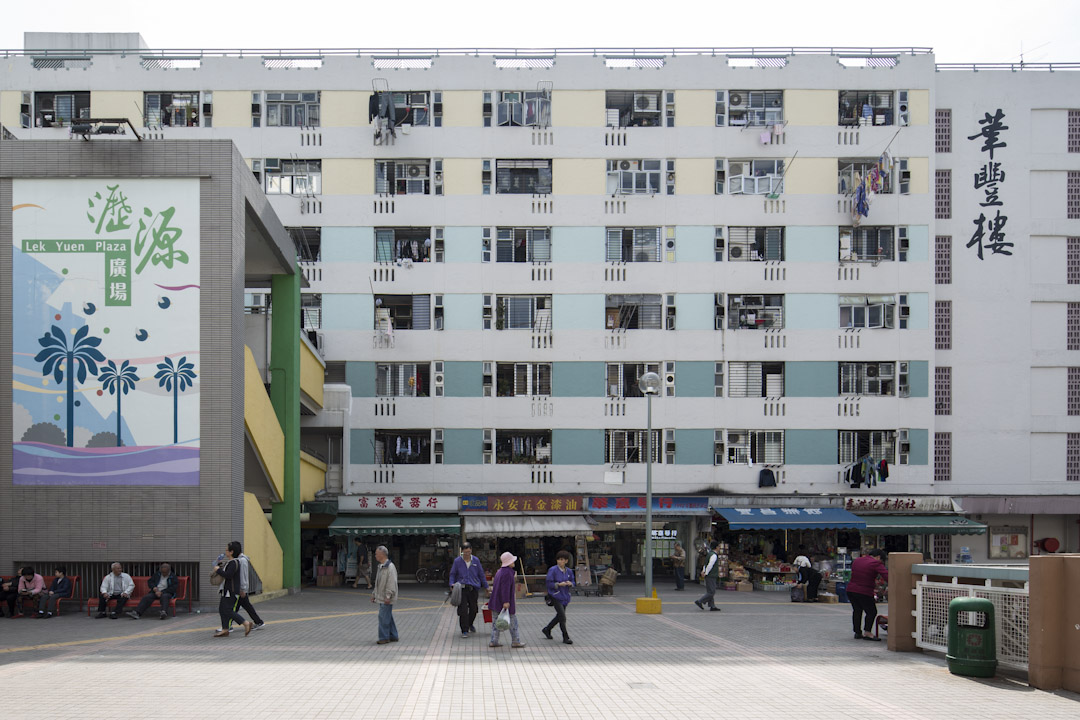 從土地資源的角度出發,香港的公營房屋政策其實是一個賺錢項目來的。有調查指出,通過多層大樓的安置模式,港府只要用三分之一的土地便可清理原來的木屋區。剩下來三分之二的土地,就可以變賣了。圖為沙田瀝源邨。