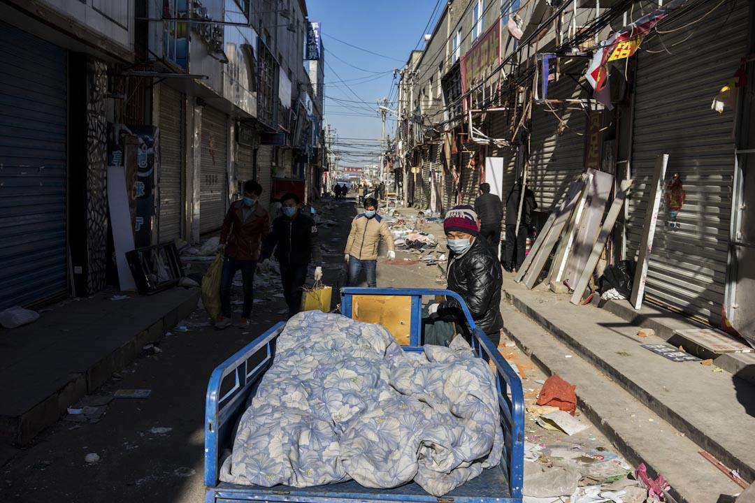 2017年11月26日中午,新建村村內的街道上一片狼藉,陸陸續續有人將生活用品搬離屋內。