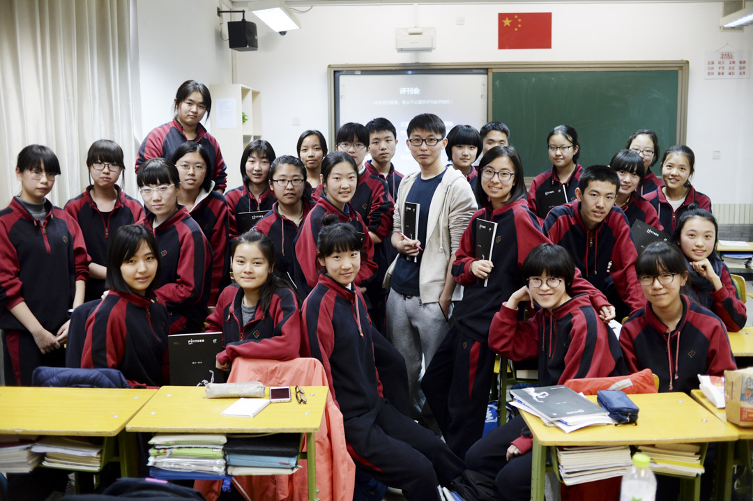 今年24歲的北京男孩郭旭崢與Further 團隊成員合照。 攝:王旭華