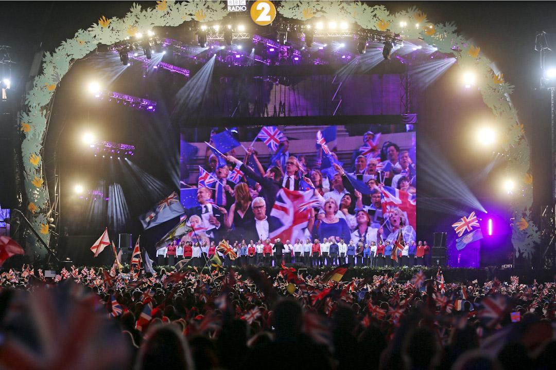 """今年的樂季在9月9日結束,這天的節目正式命名為""""Last Night of the Proms""""。音樂會的表演者和觀眾將會場變身成為一個嘉年華,參與Last Night的重點之一,就是觀眾會手持各種旗幟揮舞,將音樂會變成旗海,場面十分壯觀。 攝:Imagine China"""