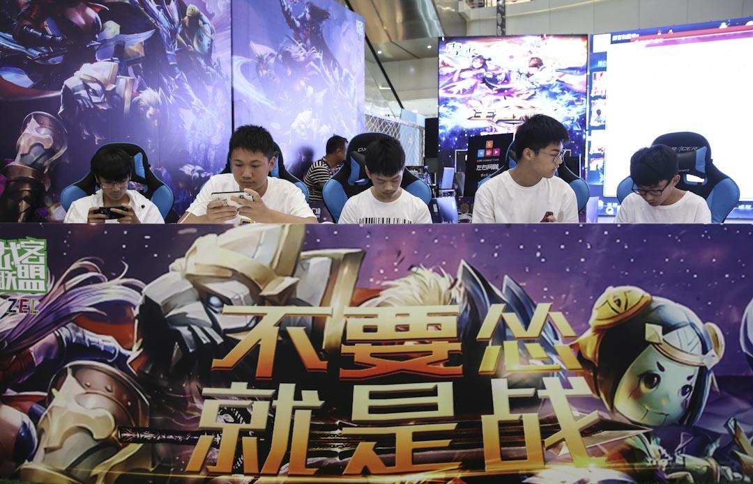 2017年7月浙江省一個商場舉行《王者榮耀》嘉年華手遊比賽,選手們全神貫注玩著手機遊戲。