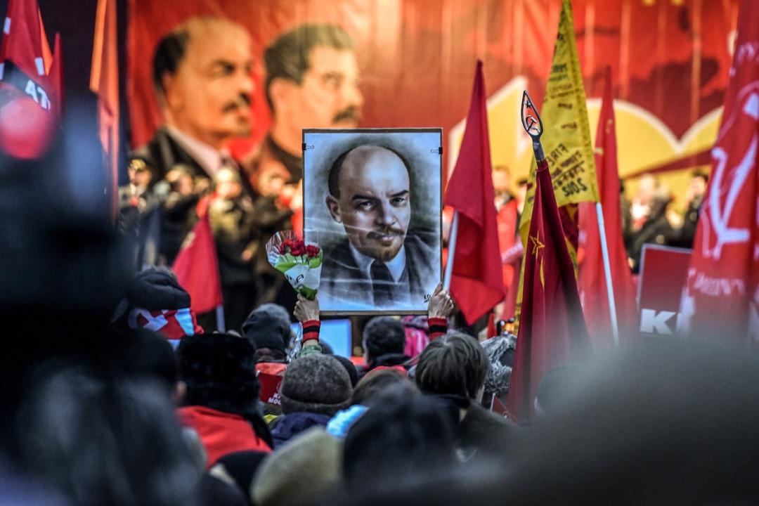 十月革命作為一個影響深遠的事件是無可置疑的,它不僅在當時震撼了那個時代,更帶動了世界性革命的浪潮,而且整整一百年以後它依然是我們思考世界的靈感源泉。 攝:Kirill Kudryavtsev/AFP/Getty Images