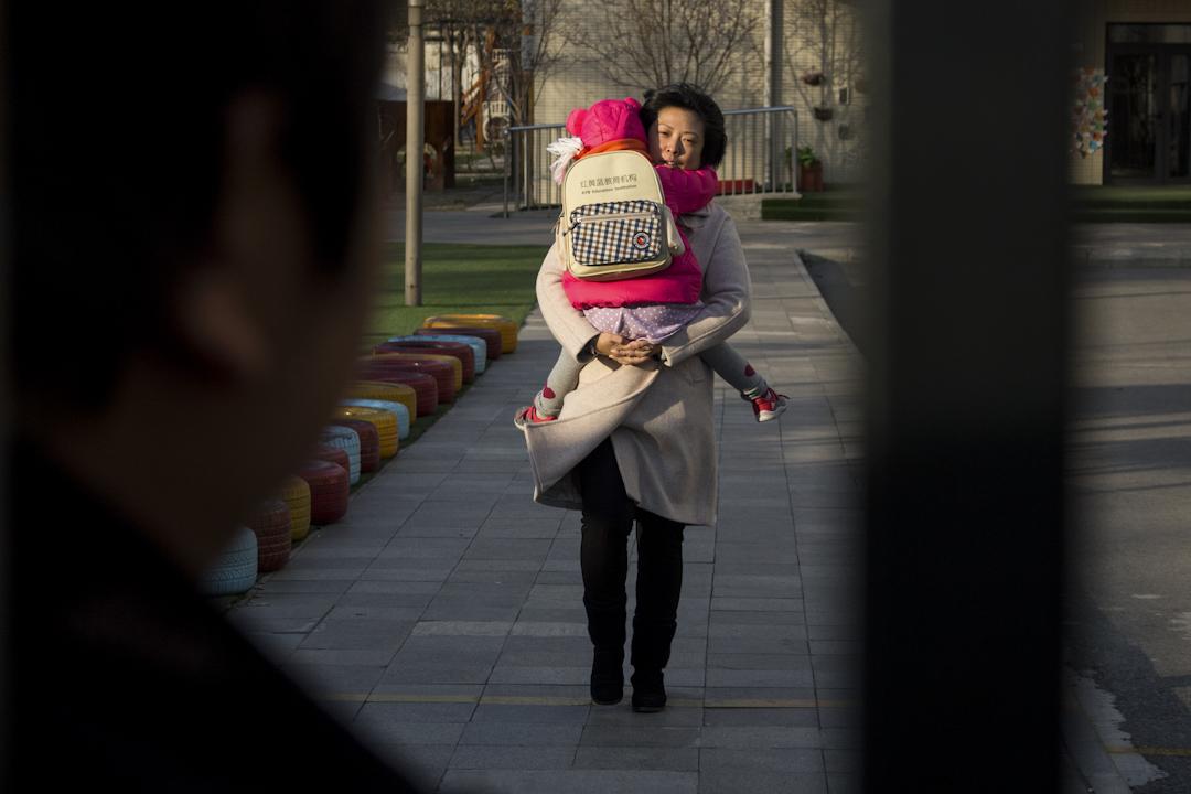 2017年11月24日,北京紅黃藍新天地幼兒園,雖未到幼兒園放學時間,有的家長提前將孩子接走。 攝:Imagine China