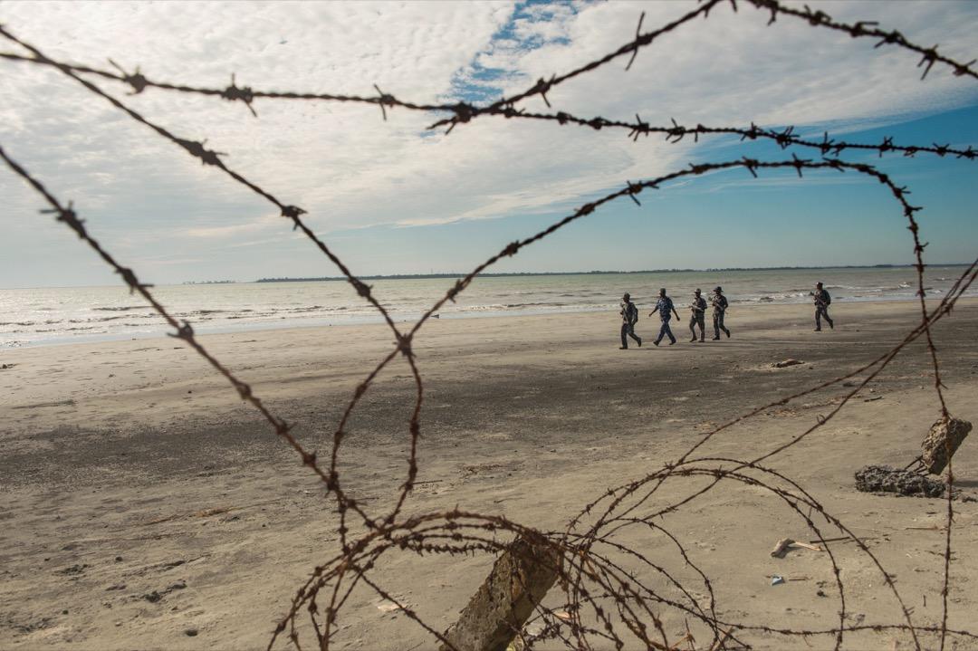 2017年11月12日,緬甸若開邦,有邊防警察在巡邏海灘上巡邏。海灘附近有一個臨時營地,住滿了預備的逃難到孟加拉的羅興亞人。