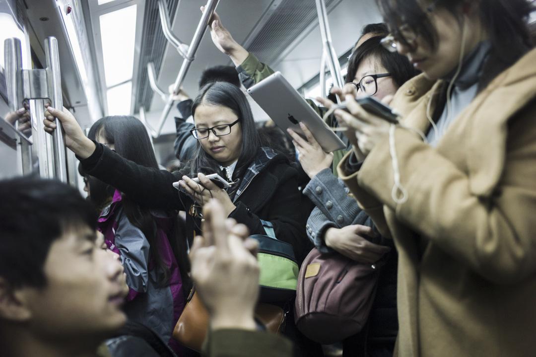 地鐵上經常有不少乘客以手機和平板電腦來看網上視頻。 攝:Fred Dufour /AFP/Getty Images