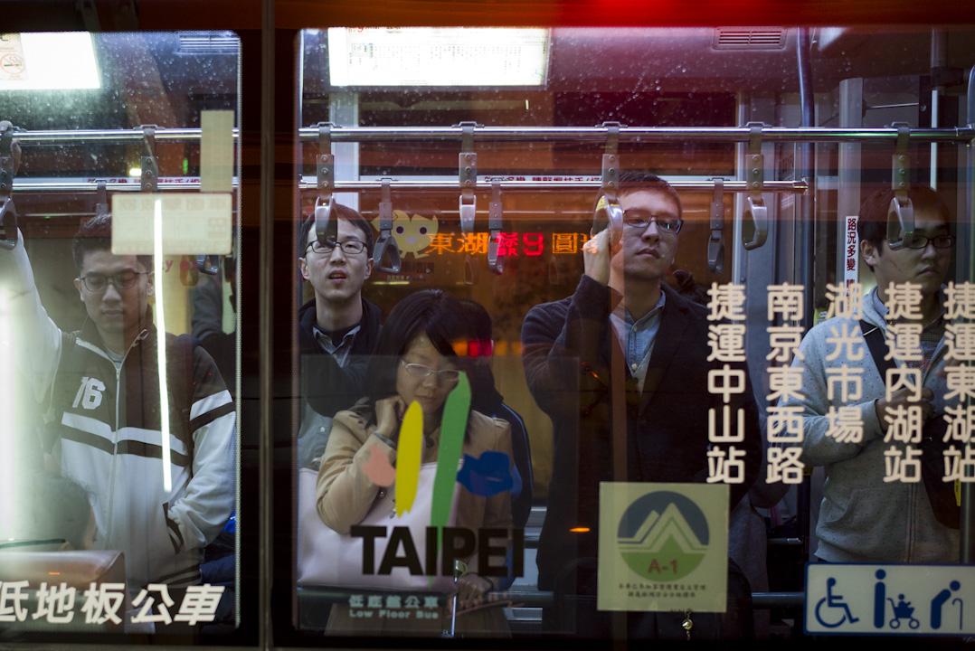 2017年11月9日,台灣通過「一例一休」修法的《勞動基準法》修正草案,行政院長賴清德表示,是次修法主要有「四個不變」、「四個彈性」,包括有條件鬆綁「7休1」等。圖為台北下班時段,站滿乘客的巴士上。 攝:林振東/端傳媒