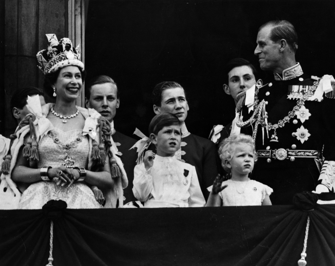 英女皇伊利沙伯二世在加冕大典後,與菲臘親王、查理斯王子及安妮公主在露台向群眾揮手。