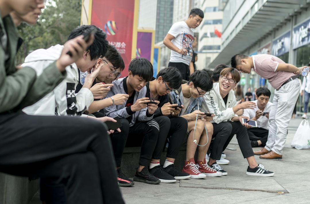 讓少年們沉醉其中的正是擁有超過兩億用戶、被稱為「國民手遊」的《王者榮耀》,它是時下全球用戶最多的移動端 MOBA(多人在線戰鬥競技場)遊戲。 攝:Zhang Peng/LightRocket via Getty Images