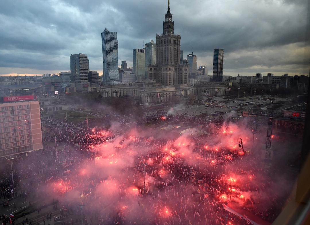 2017年11月11日,波蘭首都華沙,六萬多名右翼示威者在波蘭獨立日慶典活動舉行期間發起民族主義遊行,揮動波蘭旗及高舉寫有白人至上主義口號的標語。 攝:Radek Pietruszka/EPA