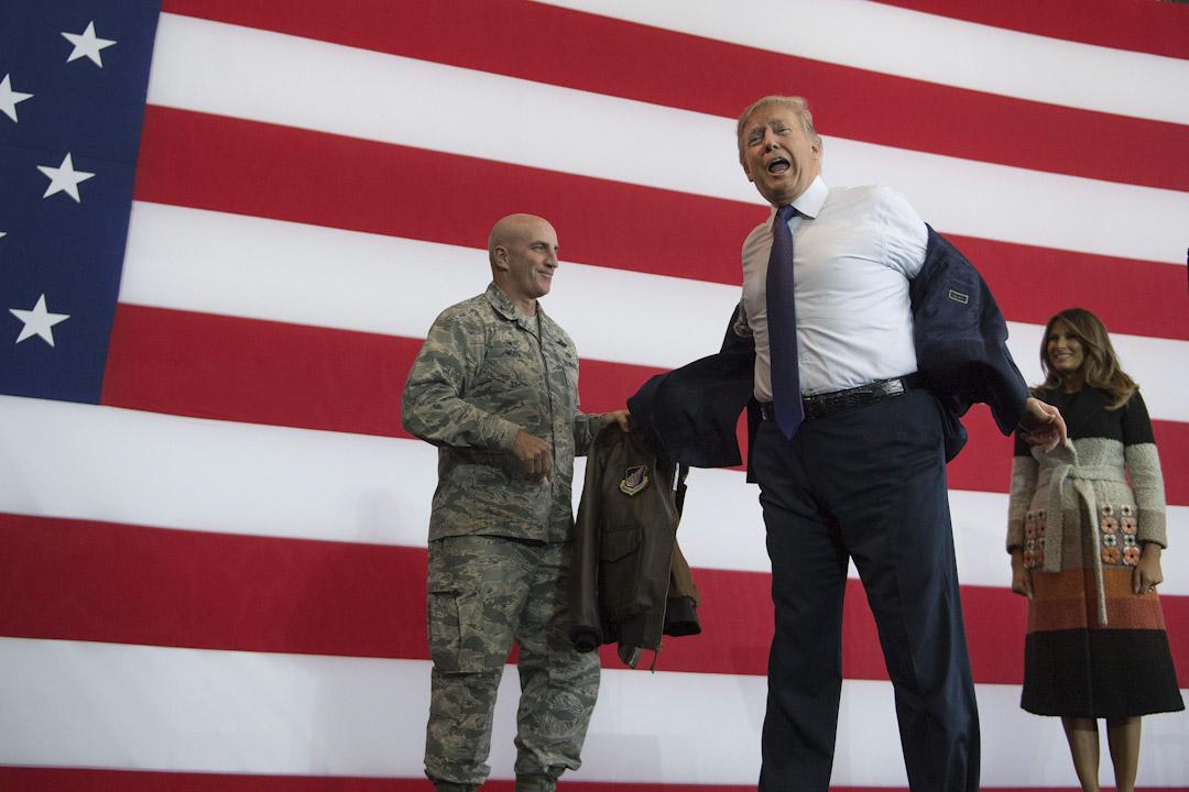 2017年11月5日,美國總統特朗普在日本東京的橫田空軍基地向當地美軍發表講話,期間他脫下西裝外套,穿上美國太平洋空軍贈予他的一件轟炸機外套。