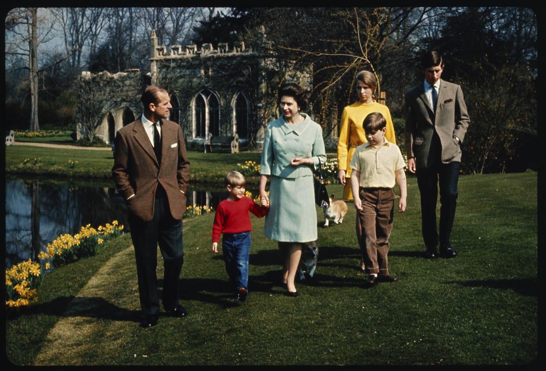 1968年4月,皇室成員在溫莎堡的草坪散步。