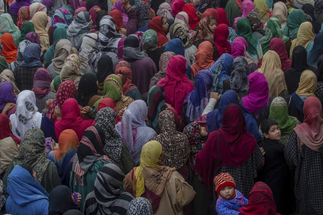 2017年11月14日,印度管轄的克什米爾地區城市斯利那加,多名克什米爾女士到北部的Palhalan 參加當地叛軍成員 Ashiq Ahmed Bhat 的葬禮。早前發生的兩宗槍戰釀酒三名叛軍成員及一名印度士兵死亡。