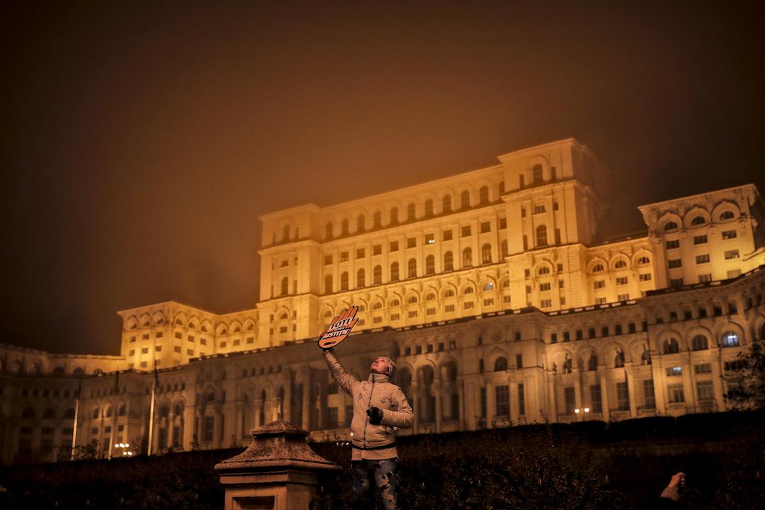 2017年11月26日,羅馬尼亞群眾不滿執政黨想操控司法體系,上萬名市民包圍政府機構抗議,有示威者高舉「為了正義」的標語。